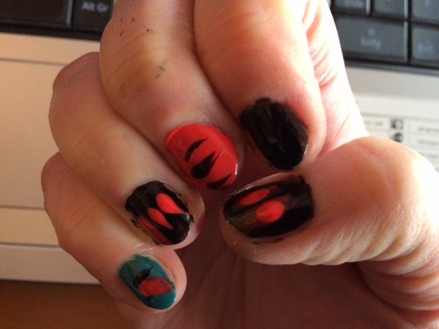Fingernägel-schwarz-blau-rot-1